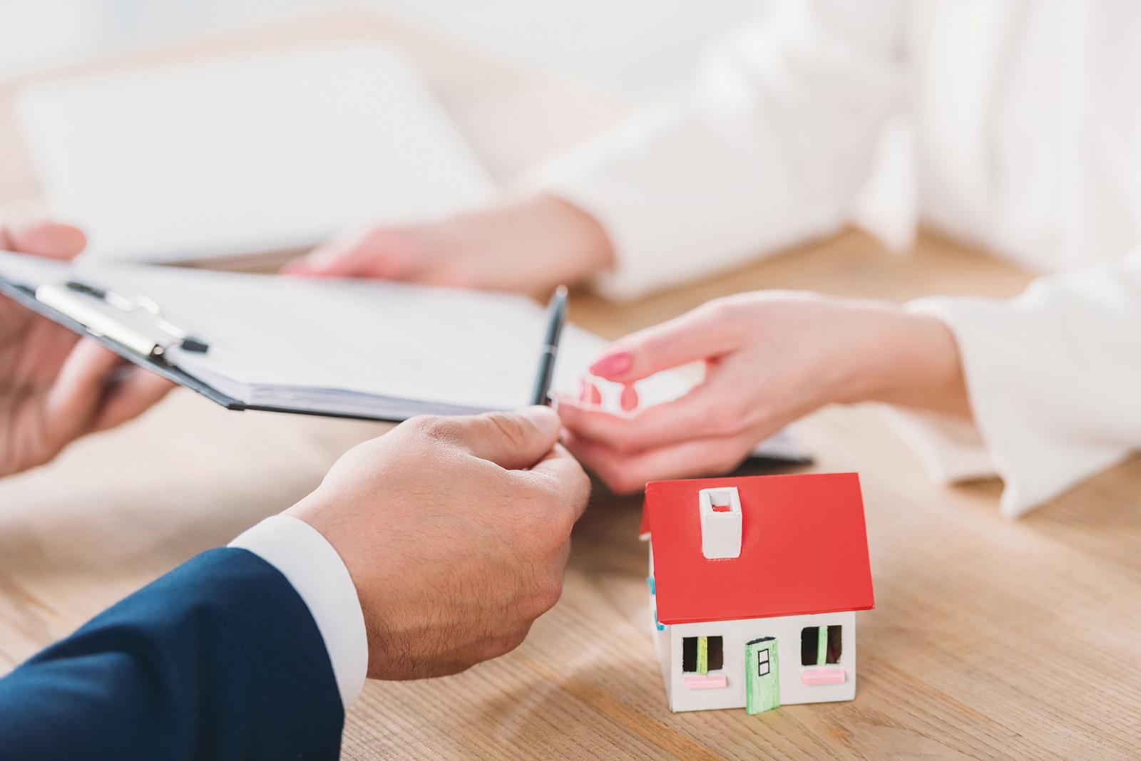 Le rôle du courtier en crédit immobilier est de prendre la place du client pour faire toutes les démarches à sa place, grâce à un mandat donné l'acheteur. Ce dernier peut recevoir une commission de la banque, ou toucher rémunération et des honoraires versées par l'emprunteur.
